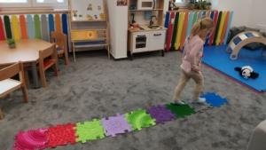 Chodník pomáhá správnému vývoji chodidel dítěte